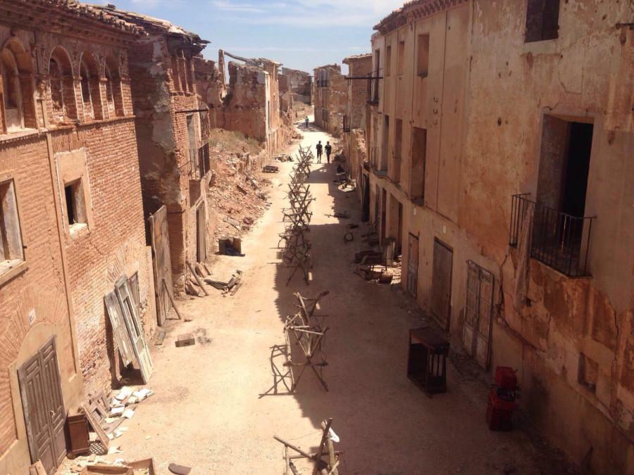 El pueblo viejo, en la primavera de 2016 durante el rodaje de Villaronga