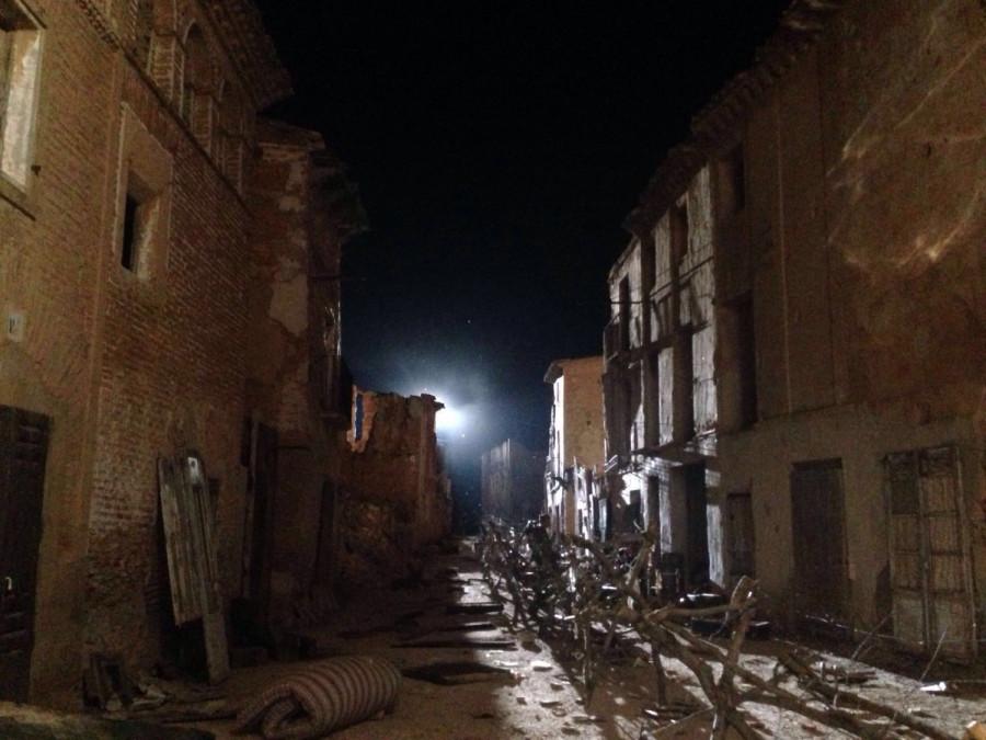 La misma avenida ruinosa, en una imagen nocturna